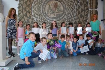 Връчване на свидетелства за завършен първи клас